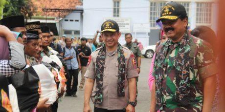 Panglima TNI Bersama Kapolri Saksikan Terjun Payung dan Berikan 1000 Paket Sembako di Pamekasan