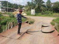 Aparatur Desa Dan Masyarakat Keluhkan Jembatan Penghubung Antar Desa Rusak Parah